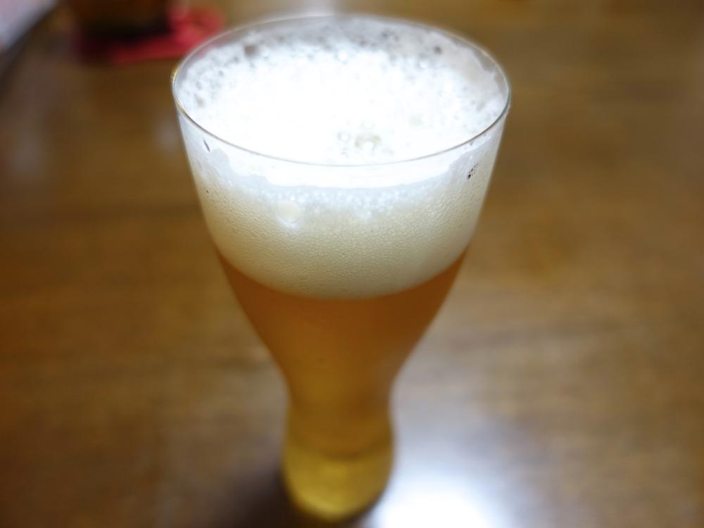 薄いグラスに注いだビール