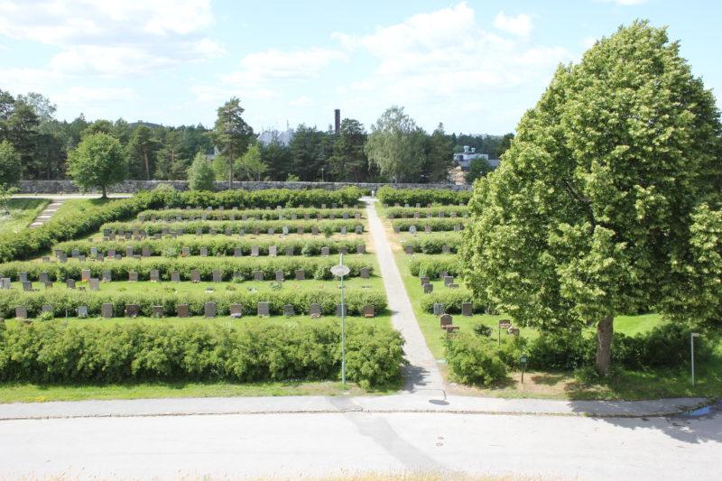 スウェーデンのスコーグスシュルコゴーデンの瞑想の丘から見える景色