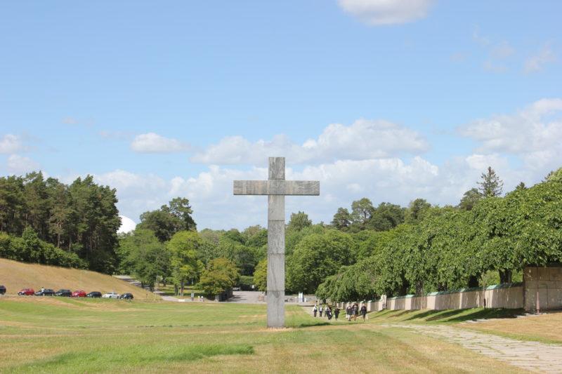 スウェーデンのスコーグスシュルコゴーデンの花崗岩の十字架