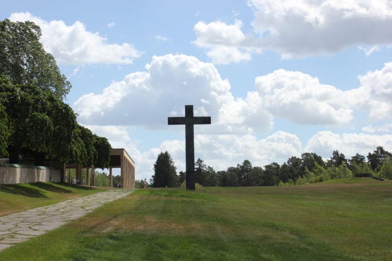 スウェーデンのスコーグスシュルコゴーデンの大きな十字架