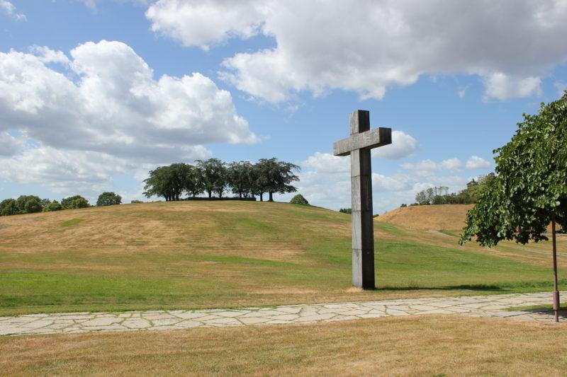 スウェーデンのスコーグスシュルコゴーデンの大きな十字架と背景の丘