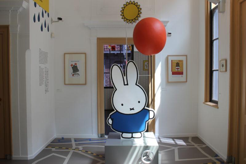 オランダユトレヒトのミッフィーミュージアムの風船を持ったミッフィー