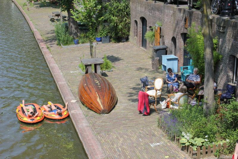 オランダユトレヒトの休日ボートで寝てる人たち