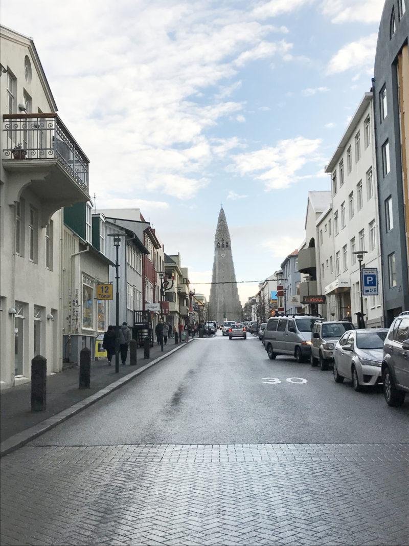 アイスランドの首都レイキャビクから見たハットルグリムス教会