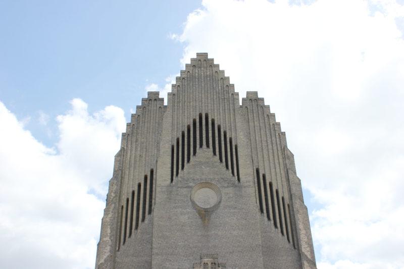 デンマークの教会グルントヴィークスの正面のレンガ造り