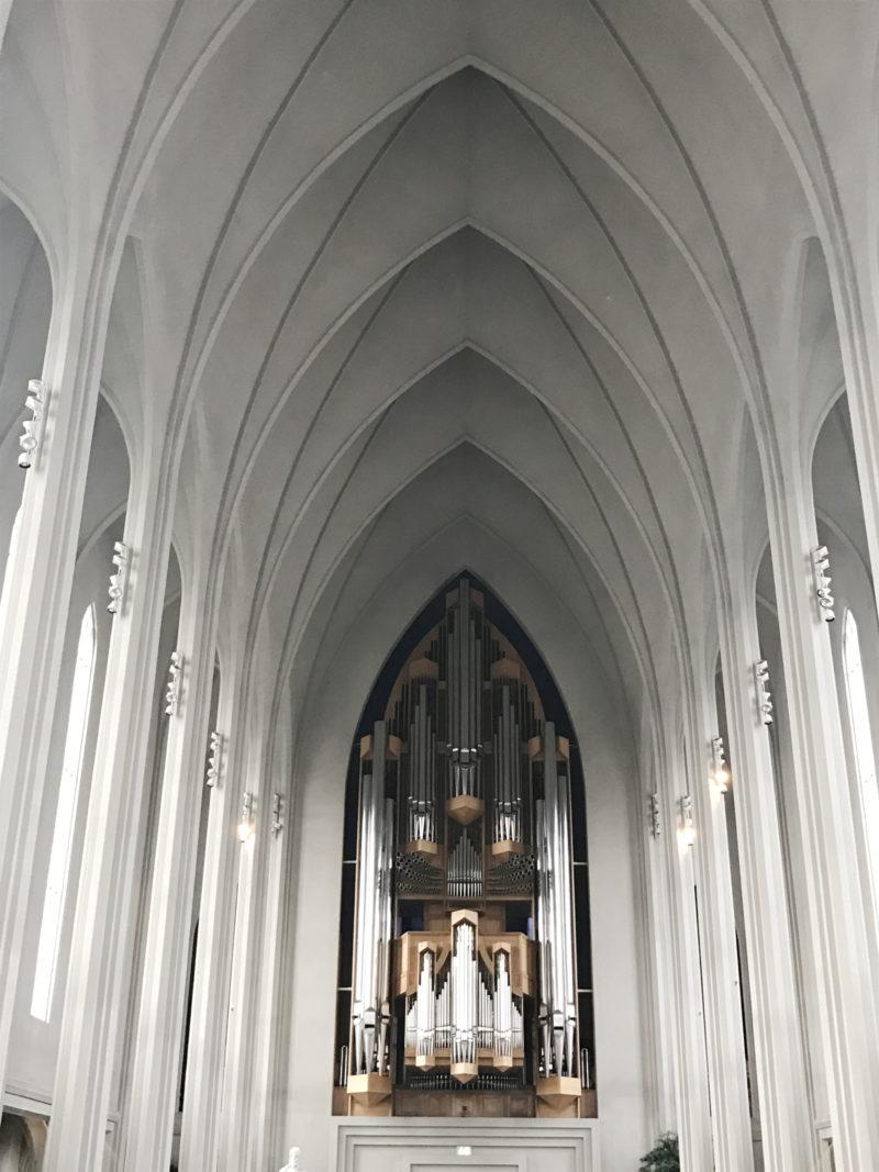 アイスランドの首都のレイキャビクのハットルグリムス教会の本堂とパイプオルガン