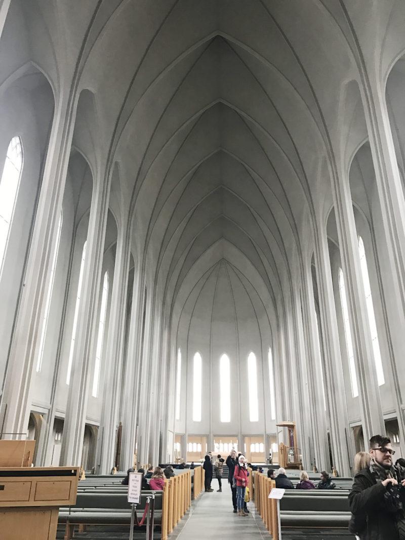 アイスランドの首都のレイキャビクのハットルグリムス教会の本堂