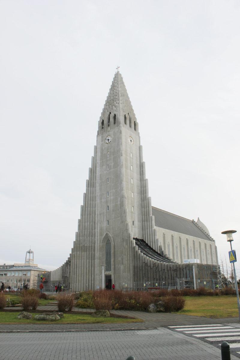 アイスランドの首都のレイキャビクのハットルグリムス教会の正面