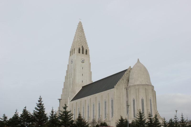 アイスランドの首都のレイキャビクのハットルグリムス教会の後ろ側