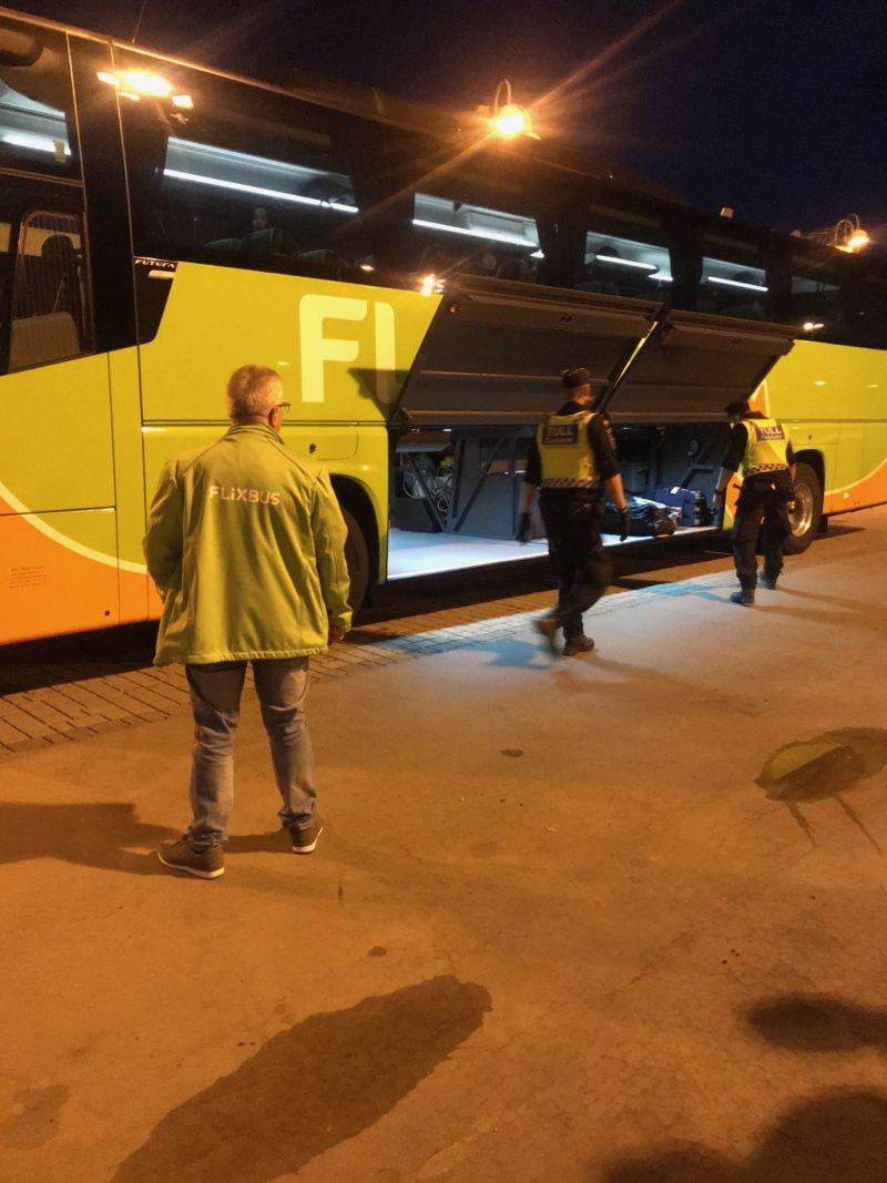 フリックスバスの外警察の荷物チェック
