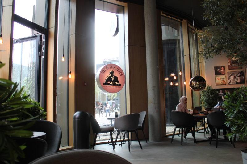 デンマーク発のカフェJOE&THE JUICEの店内