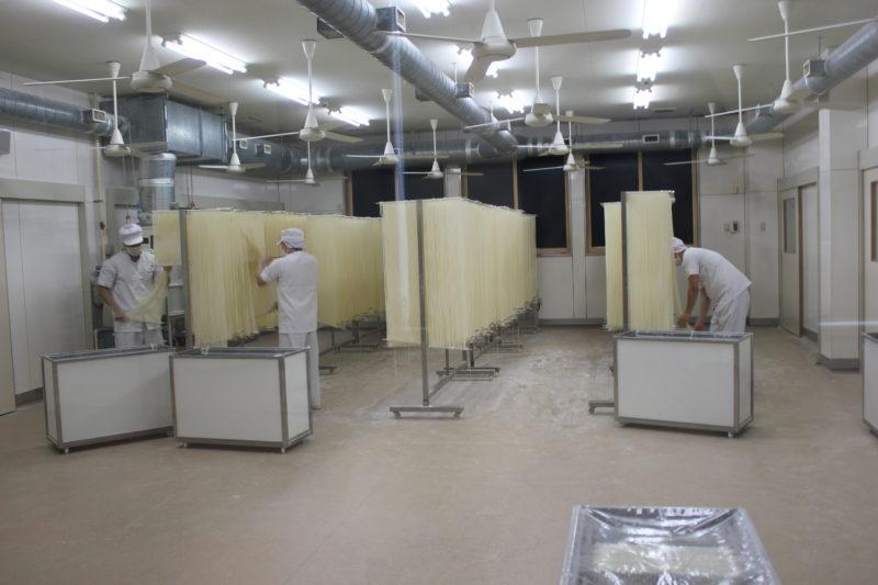 佐藤養助総本店の稲庭うどん工場の伸ばし作業場