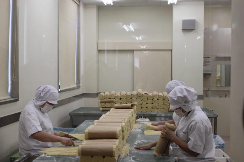 佐藤養助総本店の稲庭うどん工場の選別作業場