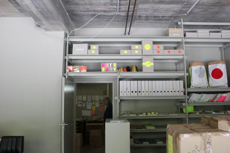 カラーのオフィス内の商品