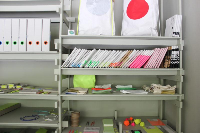 カラーのファイルとペーパーバッグ