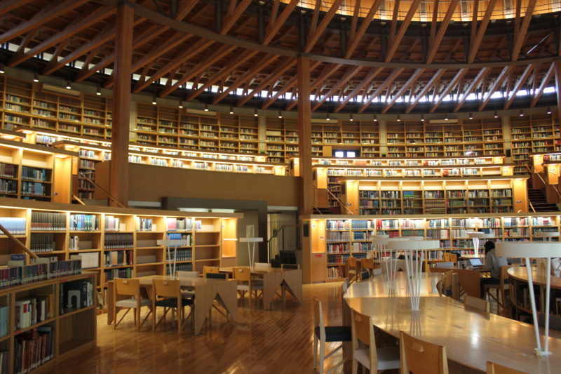秋田国際教養大学の図書館の椅子