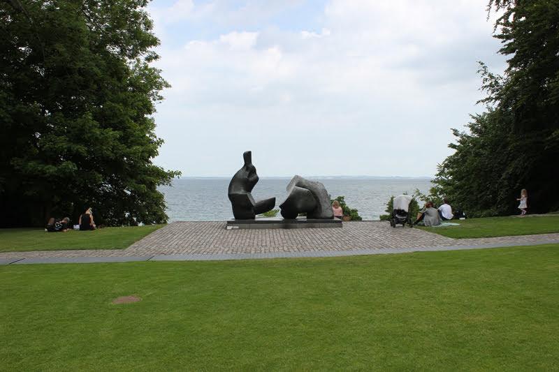 ヘンリームーアの彫刻と海