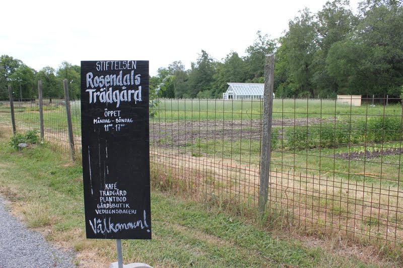 スウェーデンローゼンダールガーデンの農園と看板