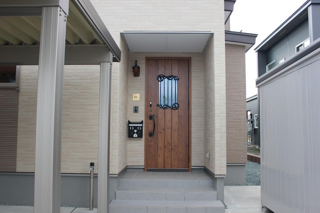 Chicoriで作った表札と新居のドア