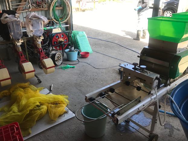 秋田の農家の種まきの機械