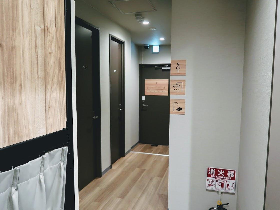 QooHostelOsakaのシャワー室とトイレ