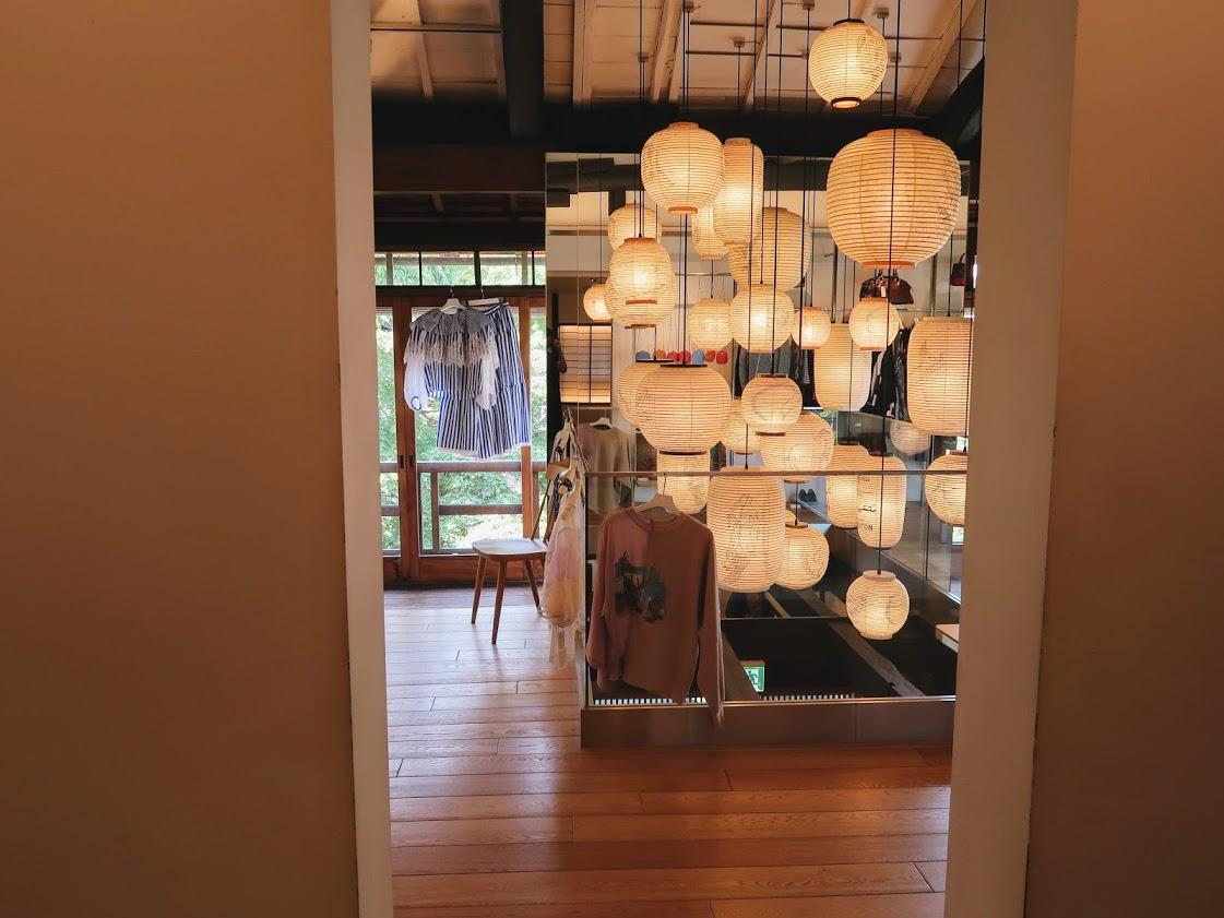 パスザバトン京都祇園店の2階の提灯