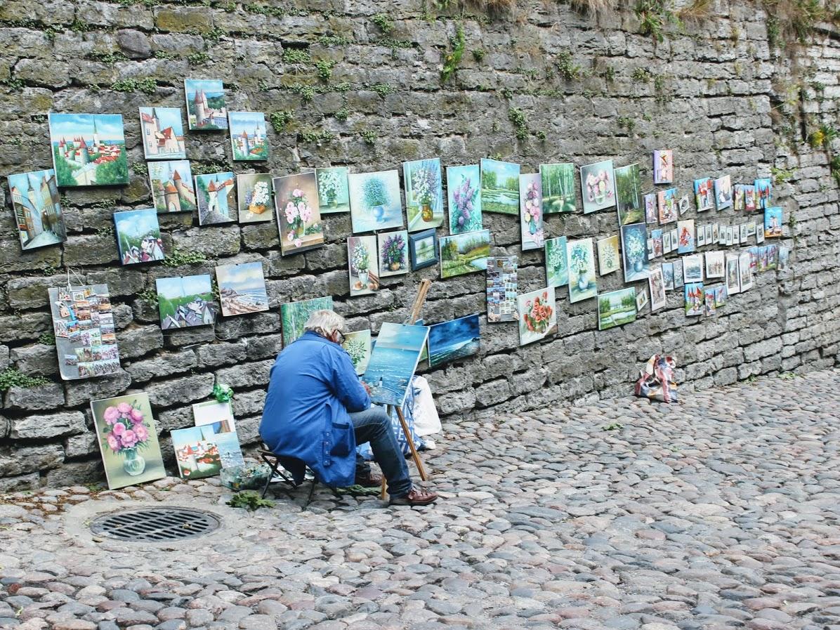 エストニアタリン旧市街の絵描き