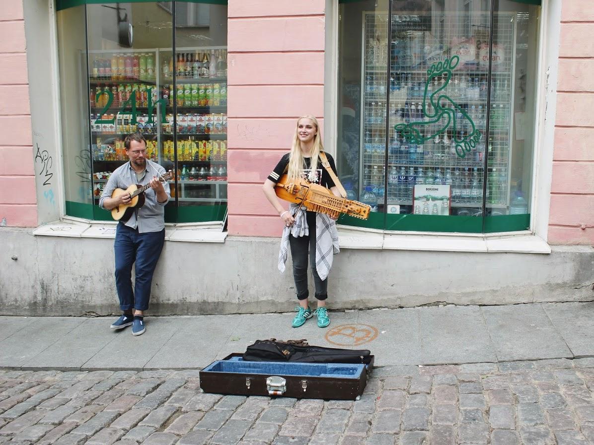 エストニアタリン旧市街のストリートミュージシャン