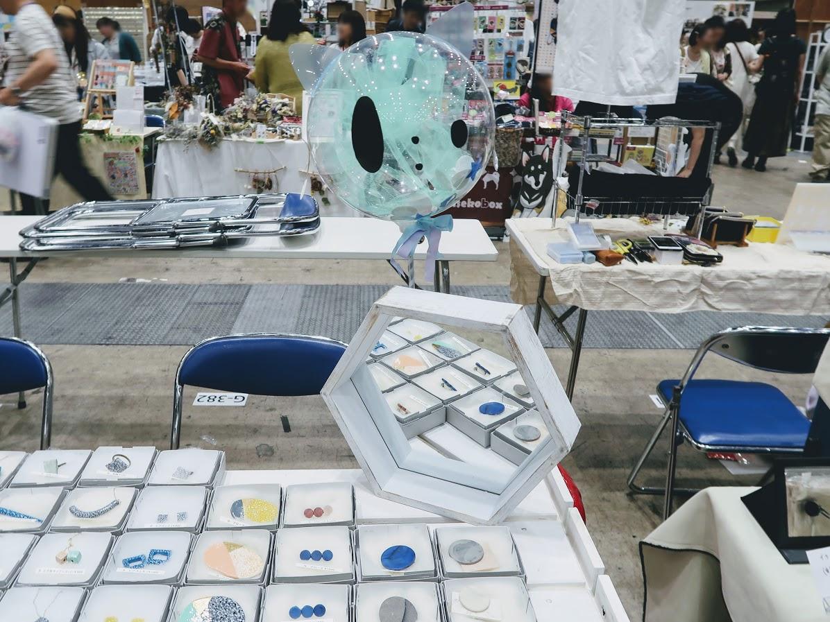 デザインフェスタのさとねことのにゃむにゃむ風船とBEN