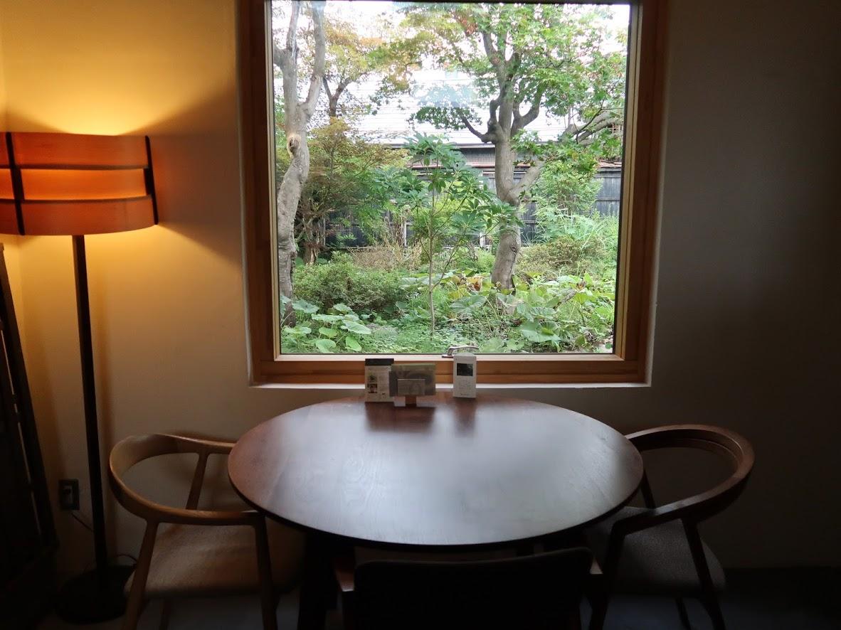 カフェももとせの窓際席