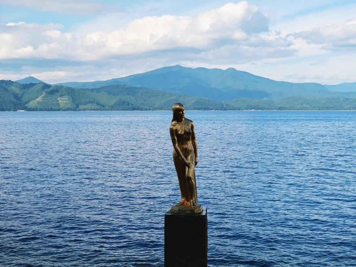 秋田の田沢湖の辰子像