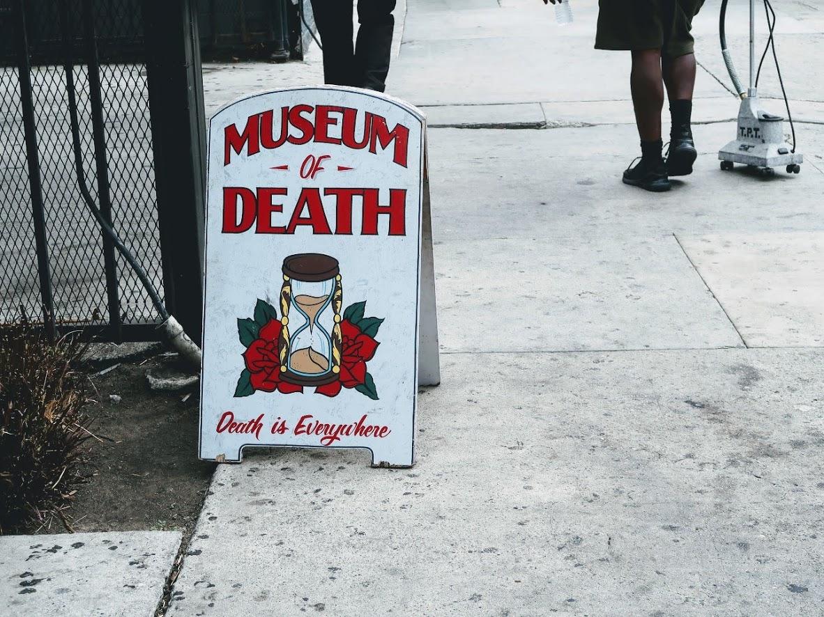 死の博物館の看板