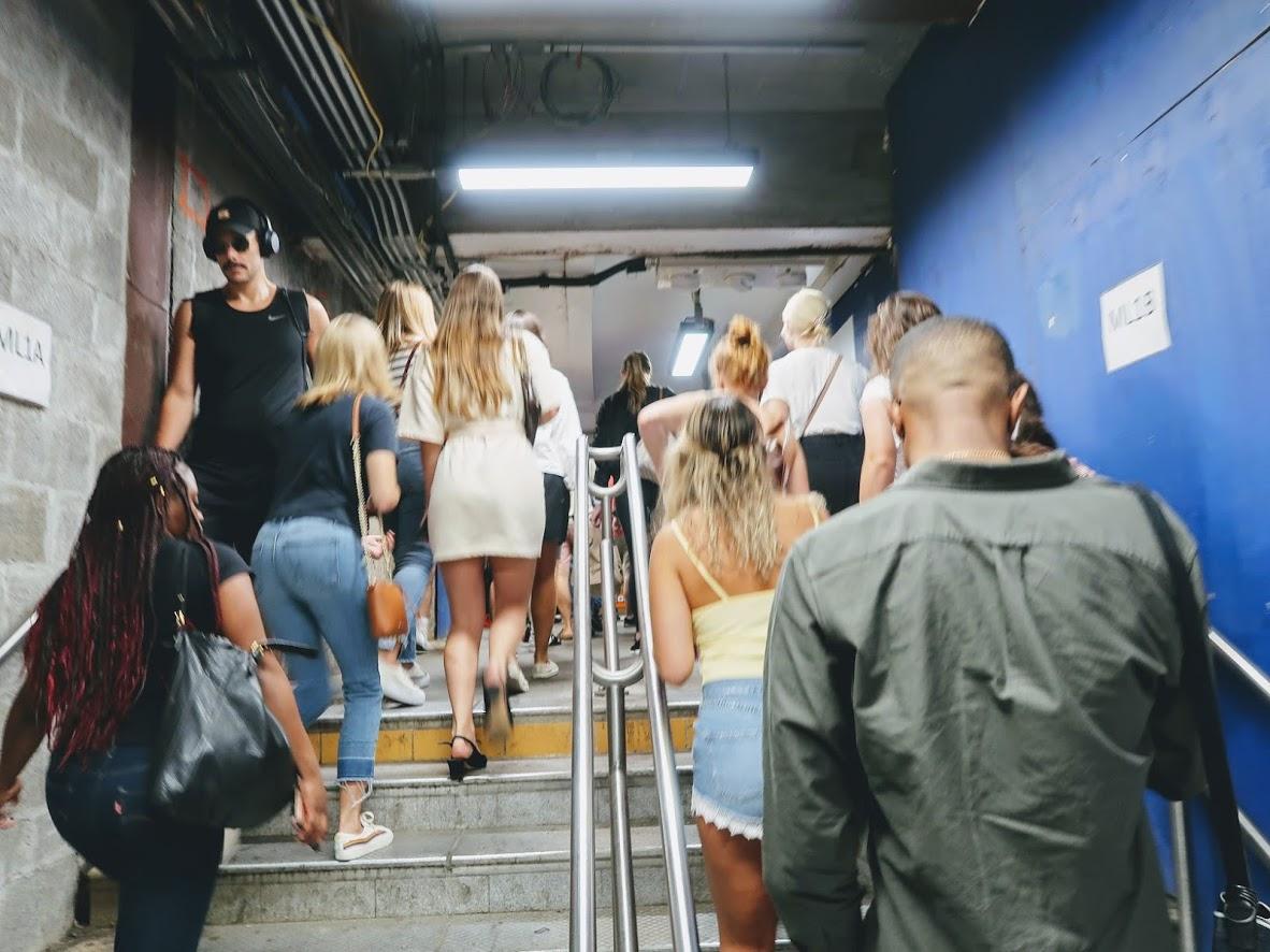 レッドフォード駅の人混み