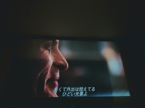 【1人暮らしにおすすめ】QKKの格安プロジェクターレビュー!映画もLiveもプロジェクターで観ると最高